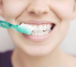 Donna con spazzolino denti